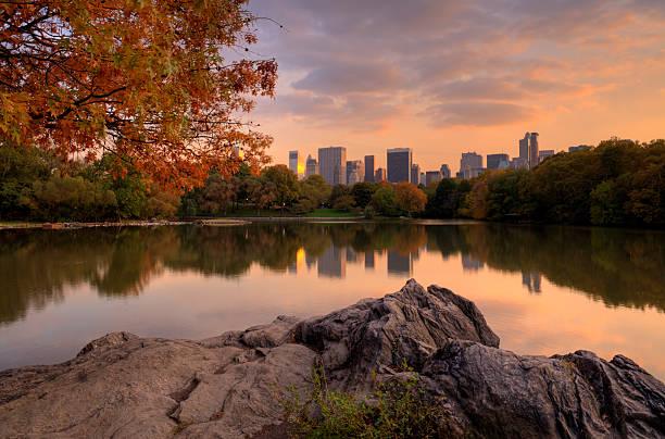 jezioro w central park - central park manhattan zdjęcia i obrazy z banku zdjęć