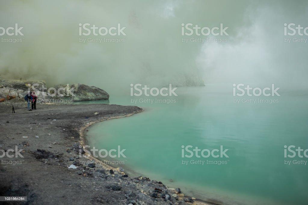 El lago está cubierto de humo al kawah Ijen de azufre - foto de stock