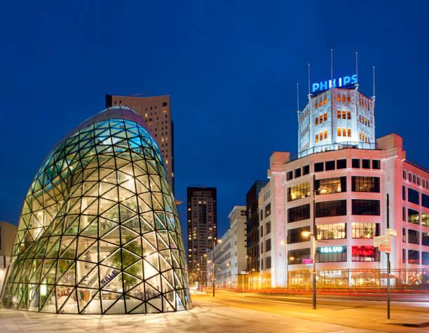 het monumentale gebouw, in het centrum van eindhoven, nederland, bekend als de ' blob. - eindhoven city stockfoto's en -beelden