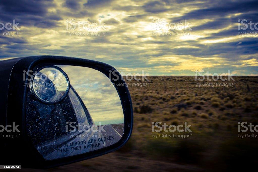 Landskapet och bakifrån av bilen. På vägen argentinska Patagonien. Sydamerika. royaltyfri bildbanksbilder