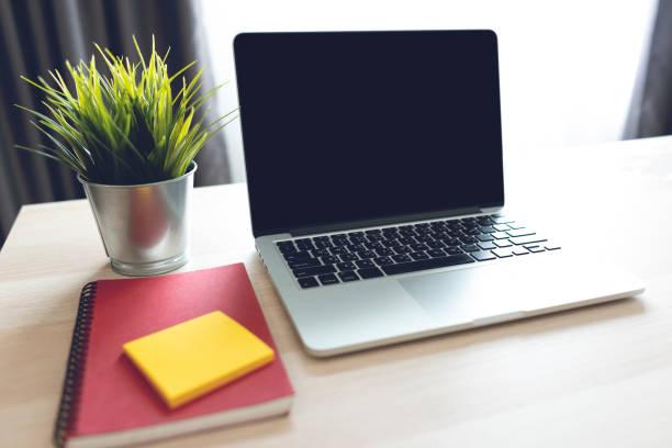 Der Laptop auf dem Schreibtisch zu Hause – Foto