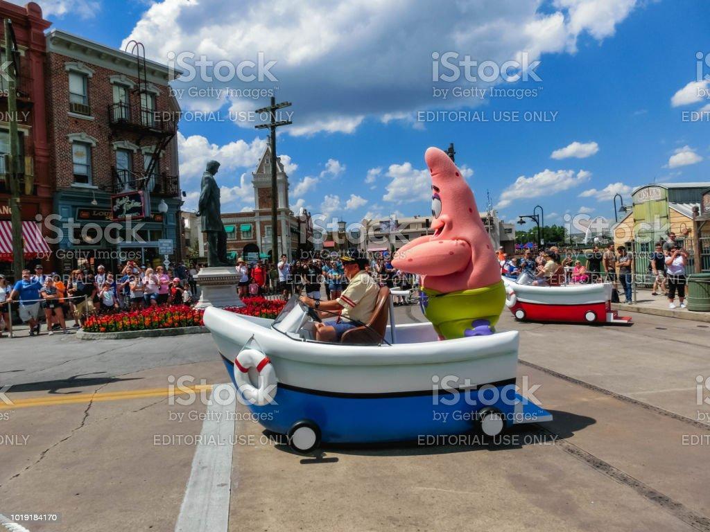 Orlando, EUA - 8 de maio de 2018: O grande desfile com artistas no parque da Universal Studio em 8 de maio de 2018 - foto de acervo