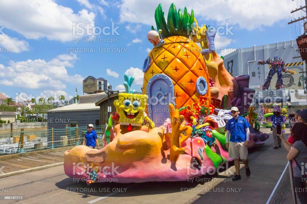 O grande desfile com artistas no parque da Universal Studio em 8 de maio de 2018 - foto de acervo