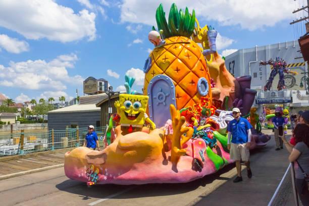 die große parade mit den darstellern im universal studios park am 8. mai 2018 - minion thema stock-fotos und bilder