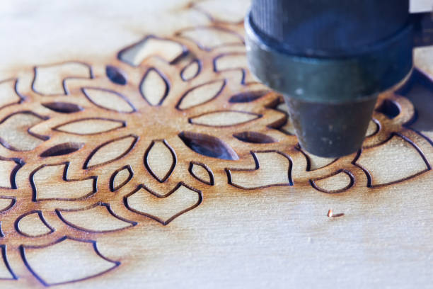 le laser découpe un arbre sous la forme d'un mandala - gravure à photos et images de collection