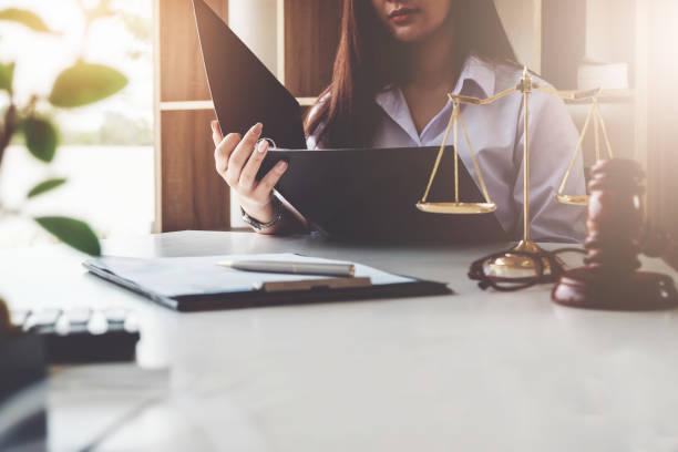 la ley debe saber el concepto, la mujer del empresario de negocios, leer las reglas del negocio que ella hace negocios. - abogado fotografías e imágenes de stock