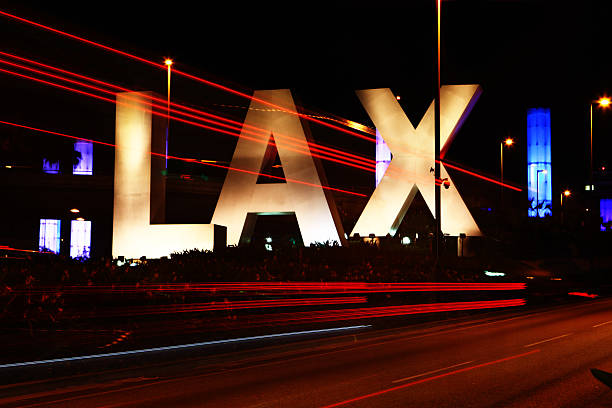 Placa do LAX, Los Angeles airport durante a noite - foto de acervo