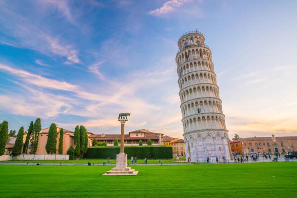 de scheve toren in pisa - pisa stockfoto's en -beelden