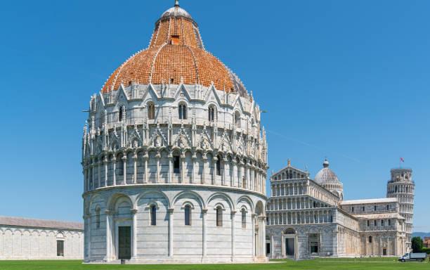 der Schiefe Turm von Pisa und die Kathedrale von Pisa vor einem strahlend blauen Himmel – Foto