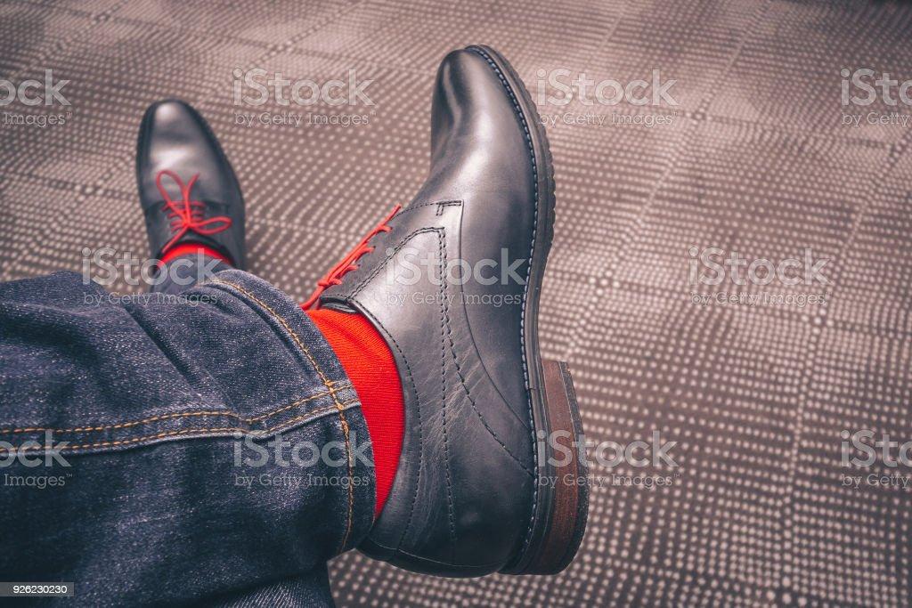 Cordones Piernas Zapatos Rojos En Un Fotografía Con De Hombre Las 6qZw86fxEO