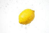 水のしぶきとレモン