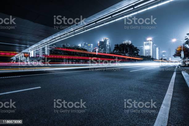 The Light Trails On The Modern Building Background - Fotografias de stock e mais imagens de Abstrato