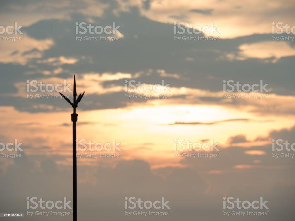 O para-raios sobre a telha de telhado-tomada com pôr do sol - foto de acervo