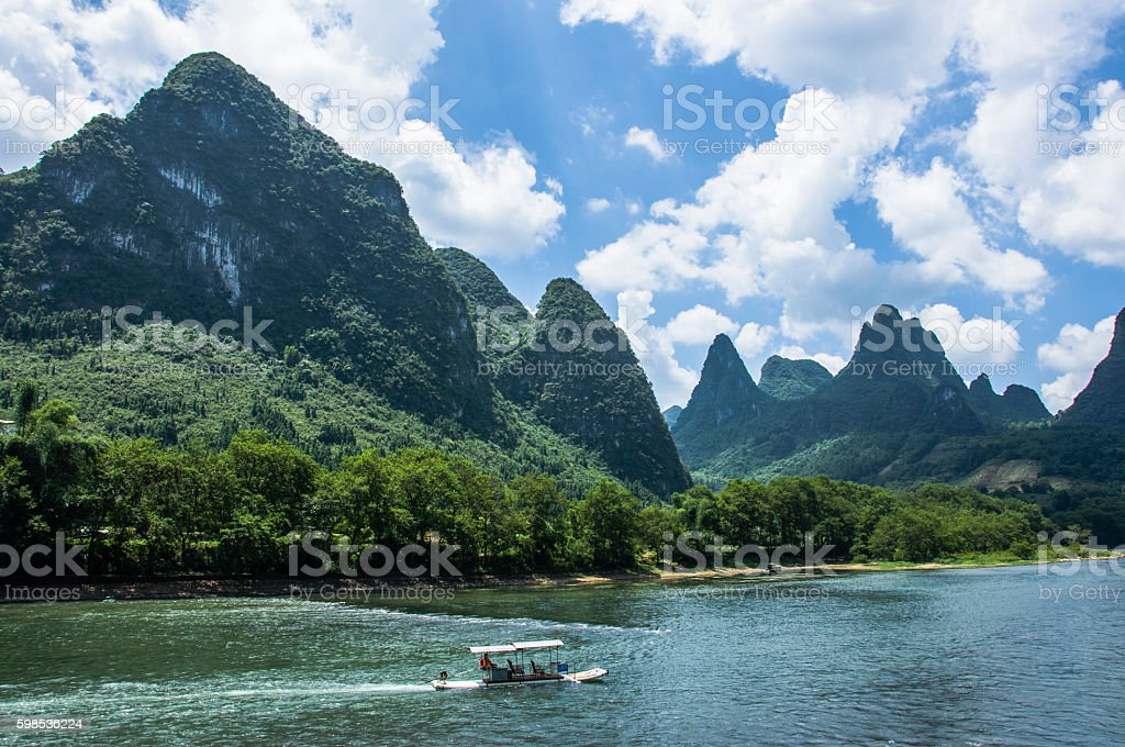 The Lijiang river and karst mountains scenery in autumn photo libre de droits