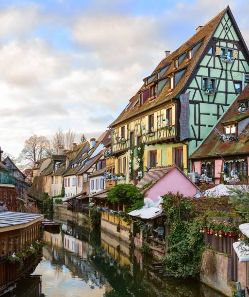 das kleine venedig von colmar - ist eine malerische alte touristische gegend in der nähe der historischen zentrum von colmar, haut-rhin, elsass, frankreich. - französisches haus dekor stock-fotos und bilder