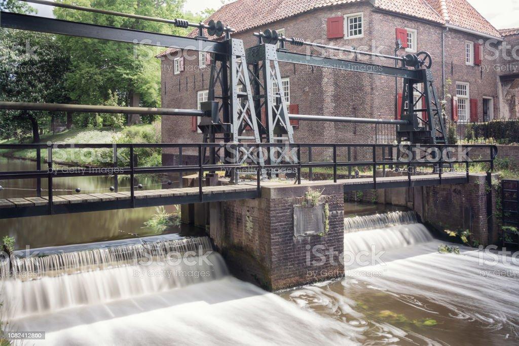 De sluis in de rivier de Eem net buiten het oude centrum van de Nederlandse stad Amersfoort foto