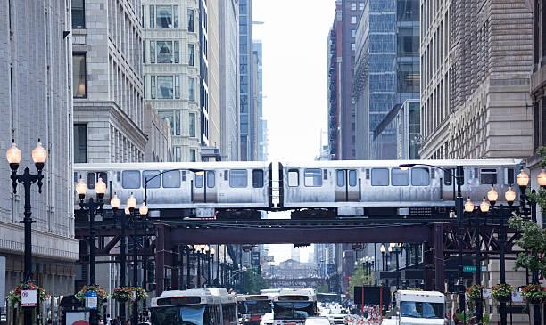 the loop und el zug in der innenstadt von chicago - hochbahn passagierzug stock-fotos und bilder