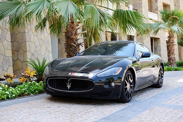 Die luxuriöse Maserati Granturismo car befindet sich in der Nähe des luxuriösen hotel – Foto