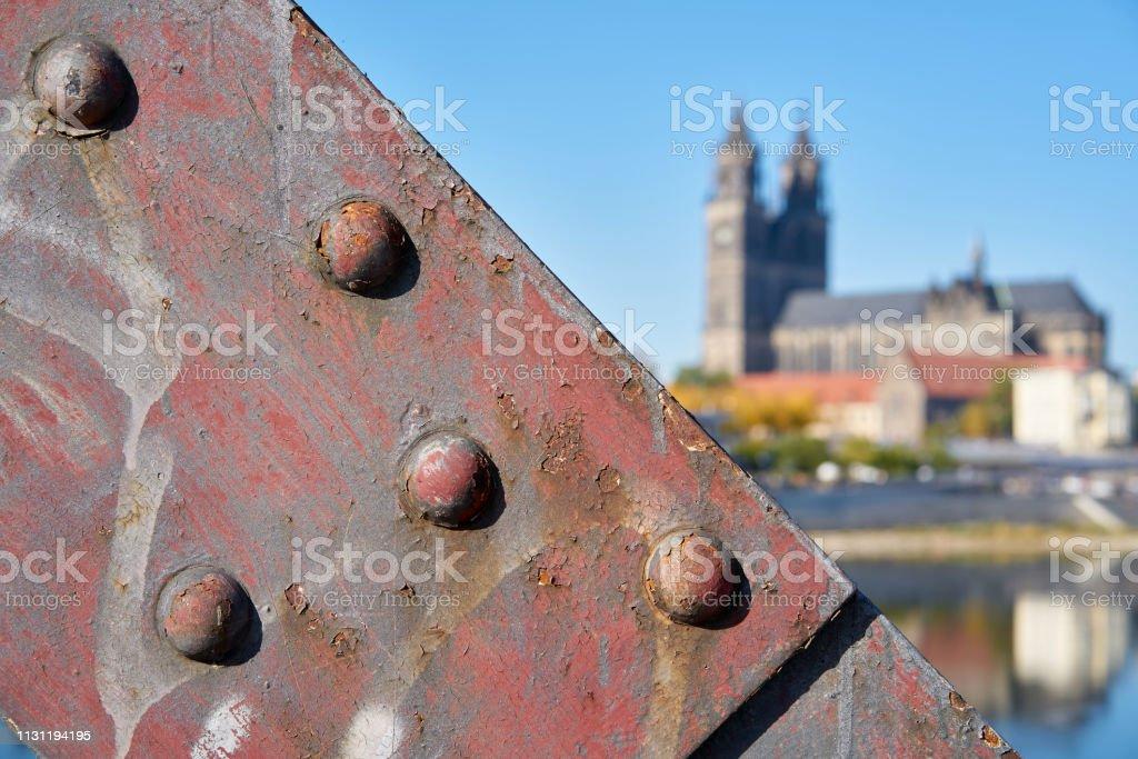 Der Magdeburger Dom mit einem Teil der Liftbrücke im Vordergrund – Foto
