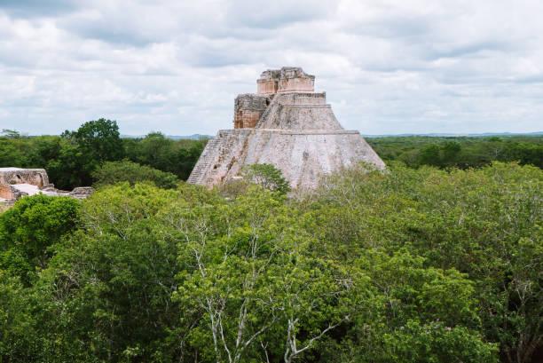 die zauberer-pyramide in uxmal, yucatan, mexiko - typisch 90er stock-fotos und bilder