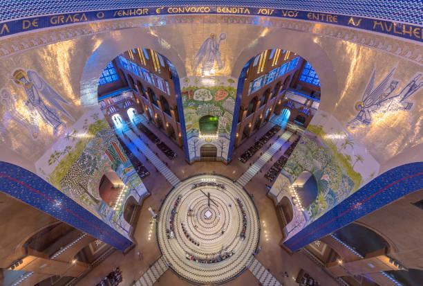 O altar-mor e duas das paredes ornamentado mosaico da Basílica de nossa Senhora Aparecida, vistas da cúpula, Aparecida do Norte, São Paulo, Brasil - Basílica de Nossa Senhora Aparecida (2) - foto de acervo