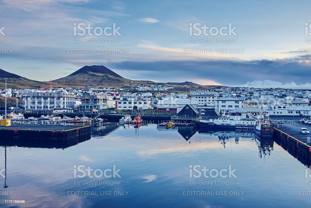 Der wichtigste und einzige Hafen in Vestmannaeyjar, Island - Lizenzfrei Abenddämmerung Stock-Foto