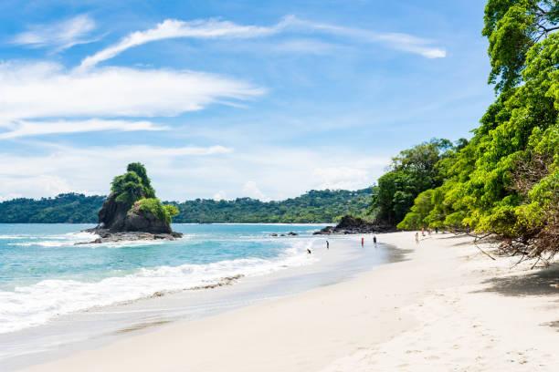 het belangrijkste strand van manuel antonio - costa rica stockfoto's en -beelden