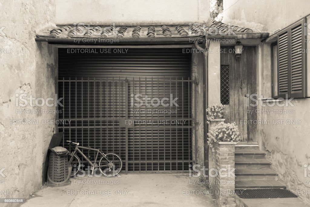 The main entrance of a house in Bolgheri - foto stock