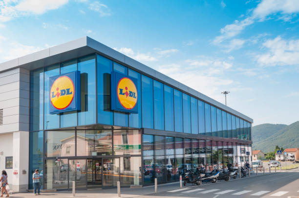 the main entrance to a lidl grocery store in italy - lidl foto e immagini stock