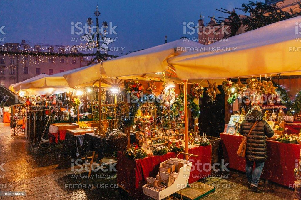 Der Main Square Weihnachtsmarkt in der Nacht, Krakau, Polen – Foto