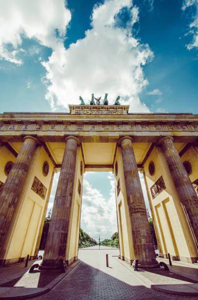 ドイツ、ベルリンのブランデーブルク門の雄大な柱 - グローサーシュテルン広場 ストックフォトと画像