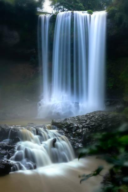 Die majestätischen Wasserfälle über 90m Höhe gießen sich wie weiche Seide ins Tal, um die wunderbare Schönheit der Natur im Regenwald zu schaffen – Foto