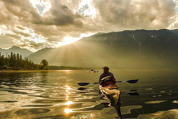 Der Mann in einem Kajak auf dem Lake Baikal – Foto