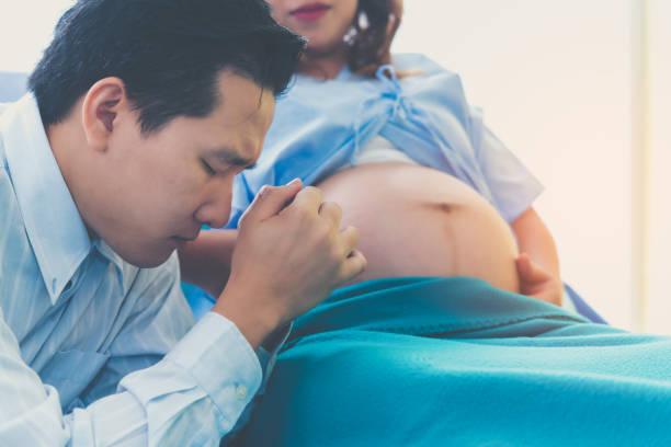 Der Mann ist ein Mann besorgt über seine Frau Schwangerschaft, Entbindung stark. – Foto