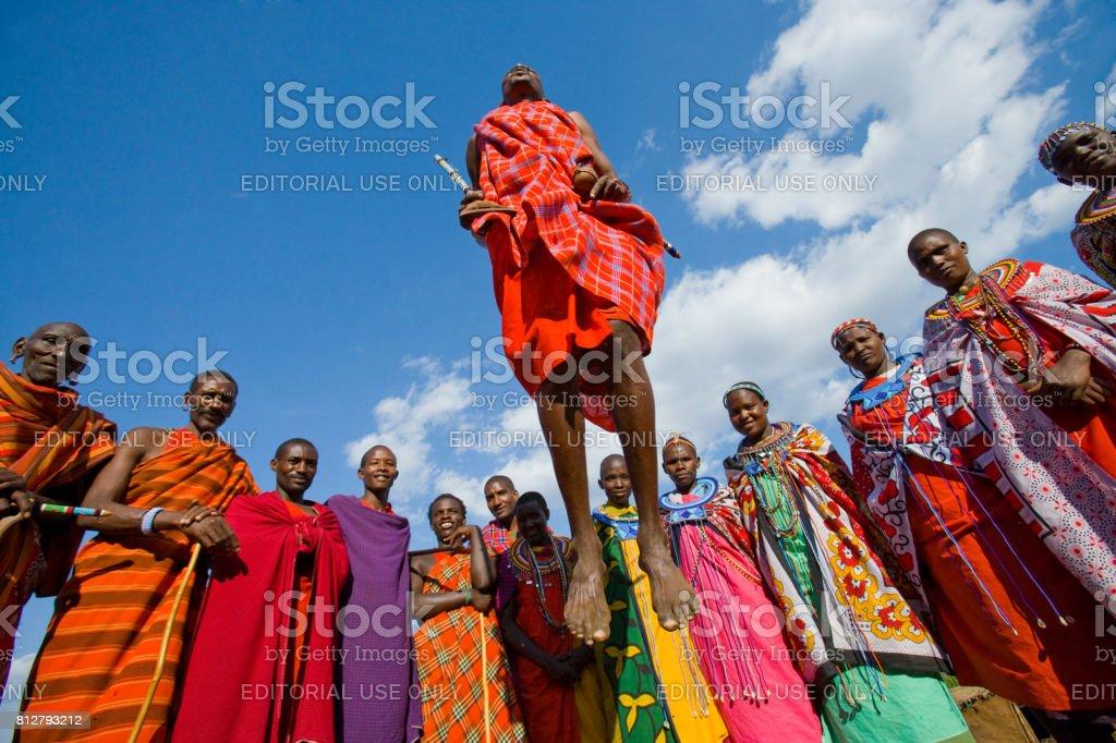 Der Mann aus einem Stamm Masai zeigt rituelle Sprünge. – Foto