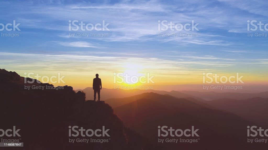그림 같은 일출 배경에 산에 서 있는 남자 - 로열티 프리 계곡 스톡 사진