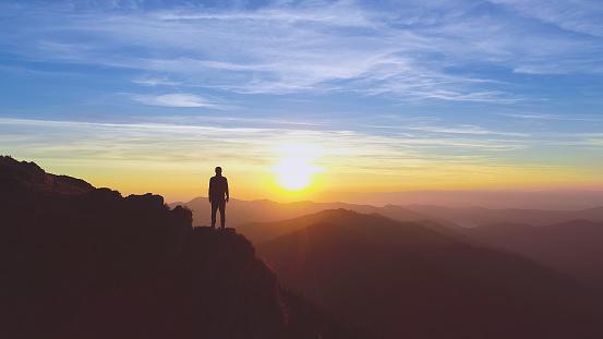 그림 같은 일출 배경에 산에 서 있는 남자 계곡에 대한 스톡 사진 및 기타 이미지