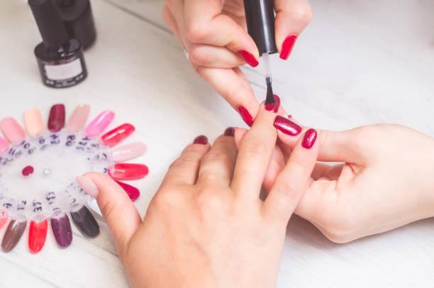 a manicure pinta as unhas das mulheres - manicure - fotografias e filmes do acervo