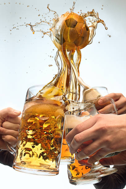 Viele männliche Hände mit Becher Bier Toasten auf Studio weißer Hintergrund. Sport, Fan, Bar, Kneipe, Feier, Fußball Fußball-Konzept – Foto