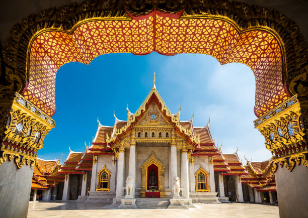 the marble temple in bankgok thailand. locally known as wat benchamabophit. - thailandese foto e immagini stock