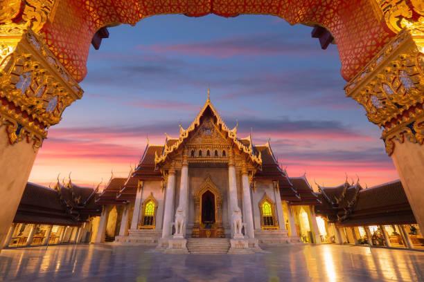the marble temple of thailand,wat benchamabophit with twilight sky, bangkok, thailand. - bangkok zdjęcia i obrazy z banku zdjęć