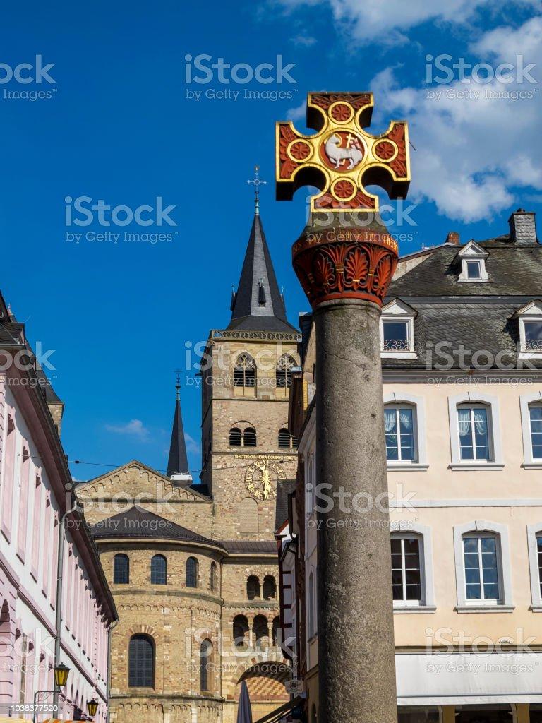 A Cruz do mercado no mercado principal em Trier - a cidade mais antiga da Alemanha - foto de acervo