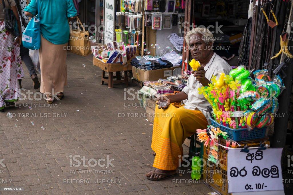거리에 장난감을 판매 하는 시장 공급 업체 royalty-free 스톡 사진