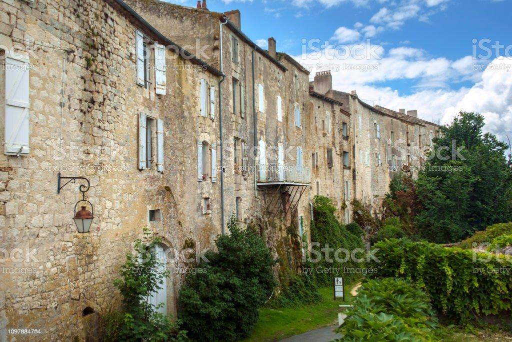 """Die massiven Mauern der historischen Häuser in der Stadt Tournon d'Agenais """"Bastide"""" - Lizenzfrei Alt Stock-Foto"""