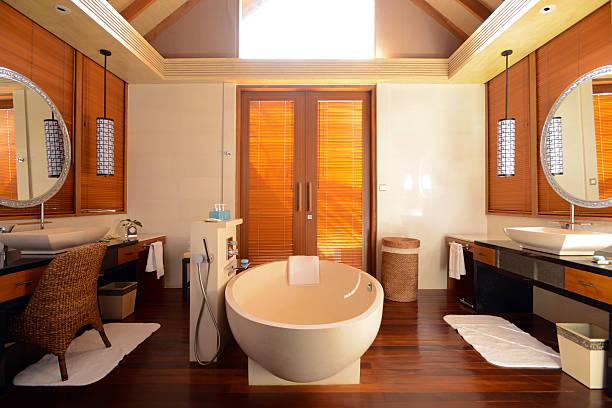 das hauptschlafzimmer der luxus-haus - moderner dekor für ferienhaus stock-fotos und bilder