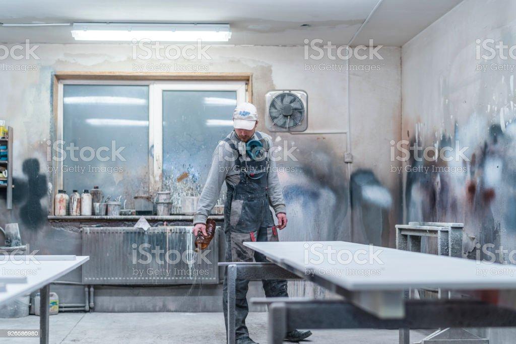 Lu0027homme Mûr, Ouvrier, Préparer La Chambre De Peinture Aérographe Du  Mobilier.