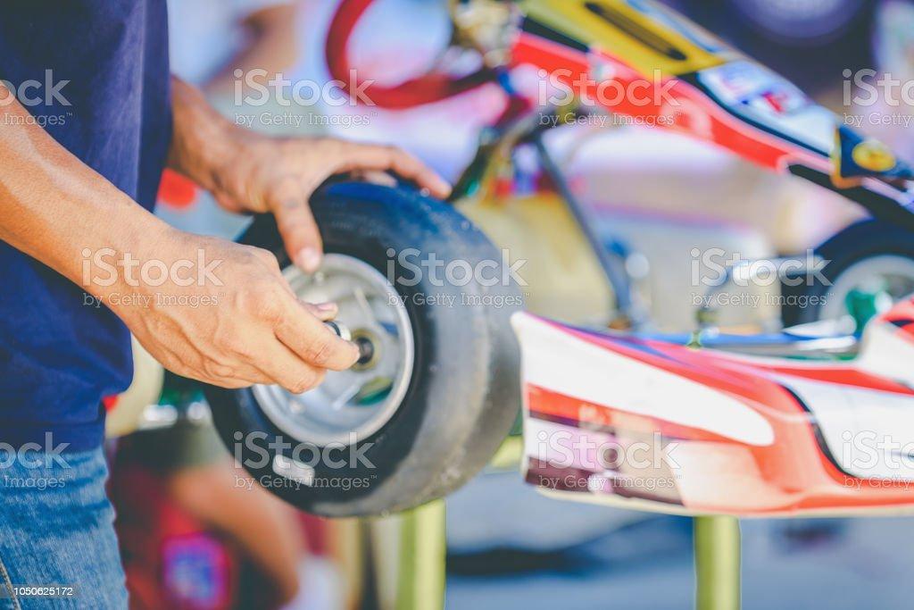 Die mechanische Hand gehen Kart-Rennen des Motors Service-Prüfung der Verfügbarkeit im Wettbewerb. – Foto
