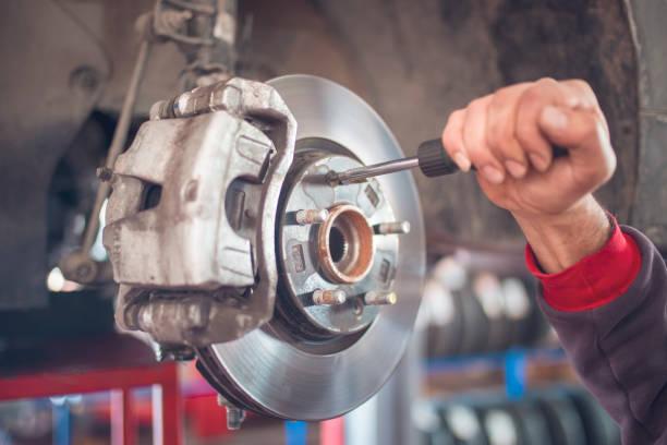 機修工正在修理刹車輪。 - 剎車制 個照片及圖片檔
