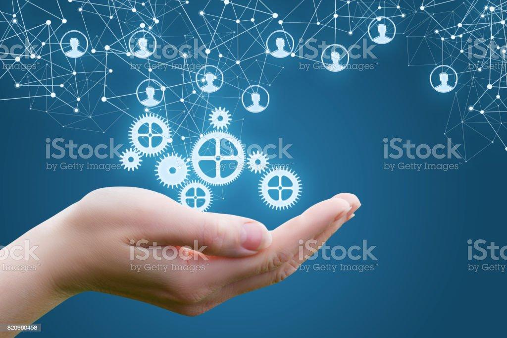 Der Mechanismus in den Händen der Geschäftsfrau. Lizenzfreies stock-foto