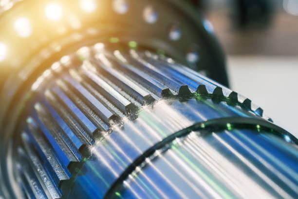 Die Metallwelle nach der Bearbeitung auf der Werkzeugmaschine CNC. – Foto